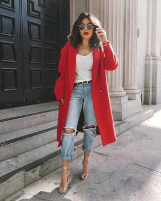 Wie kombinieren: roter Mantel, weißes Trägershirt, hellblaue Boyfriend Jeans mit Destroyed-Effekten, silberne Leder Sandaletten