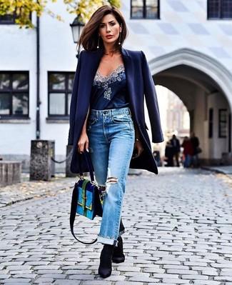 Dunkelblauen Mantel kombinieren – 189 Damen Outfits: Probieren Sie die Kombi aus einem dunkelblauen Mantel und hellblauen Boyfriend Jeans mit Destroyed-Effekten, um einen zeitgenössischen lässigen Look zu erzeugen. Schwarze elastische Stiefeletten sind eine ideale Wahl, um dieses Outfit zu vervollständigen.