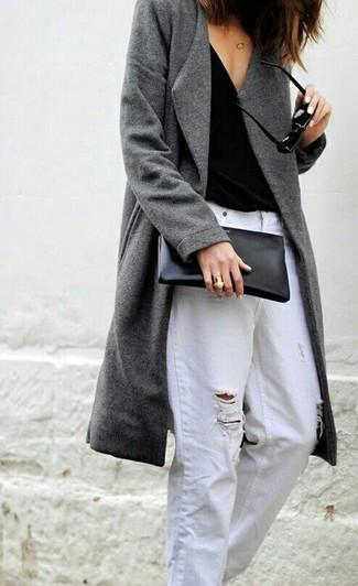 Wie kombinieren: grauer Mantel, schwarzes Trägershirt, weiße Boyfriend Jeans mit Destroyed-Effekten, schwarze Leder Clutch