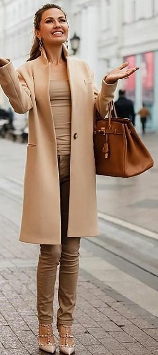 Wie kombinieren: beige Mantel, hellbeige Trägershirt, braune enge Jeans, hellbeige beschlagene Leder Pumps