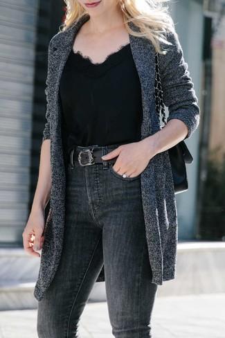 Schwarze Satchel-Tasche aus Leder kombinieren: Mit dieser Paarung aus einem dunkelgrauen Strick Mantel und einer schwarzen Satchel-Tasche aus Leder werden Sie die perfekte Balance zwischen legerem Trend-Look und modernem Charme treffen.