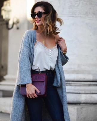 Graues Seide Trägershirt kombinieren – 6 Damen Outfits: Ein graues Seide Trägershirt und dunkelblaue enge Jeans sind absolut Freizeit-Basics und können mit einer Vielzahl von Stücken gepaart werden.