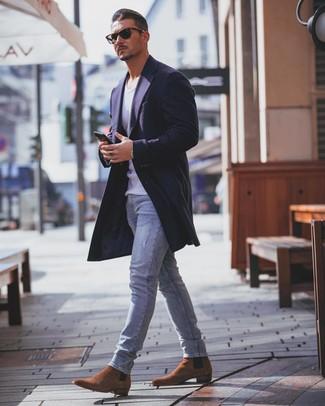 Rotbraune Chelsea-Stiefel aus Wildleder kombinieren: trends 2020: Tragen Sie einen dunkelblauen Mantel und hellblauen enge Jeans für ein sonntägliches Mittagessen mit Freunden. Vervollständigen Sie Ihr Outfit mit rotbraunen Chelsea-Stiefeln aus Wildleder, um Ihr Modebewusstsein zu zeigen.