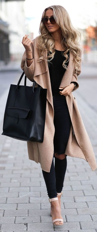 Vereinigen Sie einen beige Mantel mit schwarzen engen Jeans mit Destroyed-Effekten und Sie werden wie ein richtiges Babe aussehen. Komplettieren Sie Ihr Outfit mit hellbeige Leder Sandaletten.