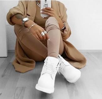 Weiße Sportschuhe kombinieren – 122 Damen Outfits: Vereinigen Sie einen beige Mantel mit beige Leggings für eine lässige Silhouette. Fühlen Sie sich ideenreich? Ergänzen Sie Ihr Outfit mit weißen Sportschuhen.