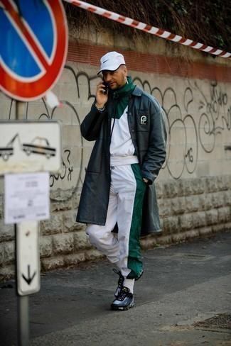 Trainingsanzug kombinieren – 114 Herren Outfits: Kombinieren Sie einen Trainingsanzug mit einem schwarzen Ledermantel für ein sonntägliches Mittagessen mit Freunden. Schwarze und weiße Sportschuhe leihen Originalität zu einem klassischen Look.