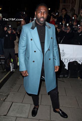 Idris Elba trägt Türkiser Mantel, Schwarzes Polohemd, Schwarze Anzughose, Schwarze Leder Slipper