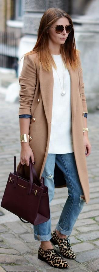Wie kombinieren: beige Mantel, weiße Strick Tunika, hellblaue Boyfriend Jeans mit Destroyed-Effekten, hellbeige Derby Schuhe aus Kalb Haar mit Leopardenmuster