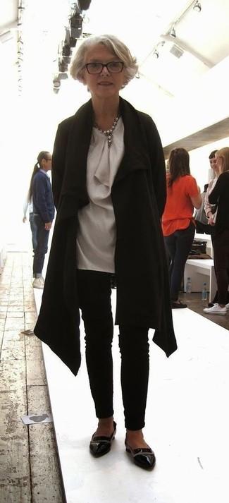 Wie kombinieren: schwarzer Mantel, graue Seidetunika, schwarze enge Hose, schwarze Leder Slipper