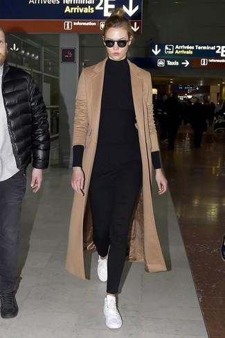 Wie kombinieren: beige Mantel, schwarze Strick Tunika, schwarze enge Hose, weiße Leder niedrige Sneakers