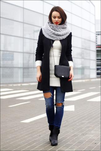 beste Schuhe Sortenstile von 2019 günstigen preis genießen schwarzer Mantel, weiße Wolltunika, blaue enge Jeans mit ...