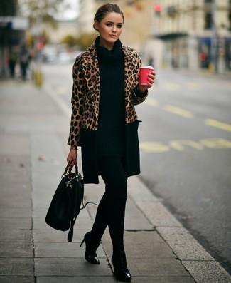 Wie kombinieren: beige Mantel mit Leopardenmuster, schwarze Strick Tunika, schwarze Leggings, schwarze Leder Stiefeletten