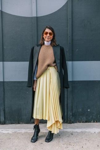 Wie kombinieren: schwarzer Mantel, beige Strick Tunika, weißer Rollkragenpullover, gelber Falten Midirock
