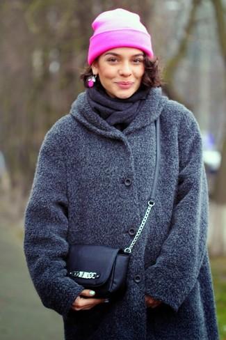 Grauen Schal kombinieren – 266 Damen Outfits: Diese Kombi aus einem dunkelgrauen Mantel und einem grauen Schal bietet die perfekte Balance zwischen geradlinigem Casual-Look und modischem Stil.