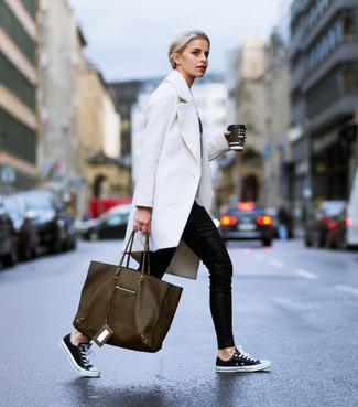 Wie kombinieren: weißer Mantel, schwarze enge Hose, schwarze und weiße Segeltuch niedrige Sneakers, olivgrüne Shopper Tasche aus Leder
