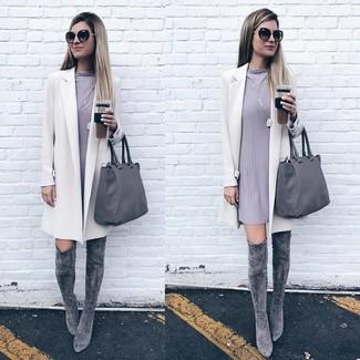 Wie kombinieren: weißer Mantel, graues gerade geschnittenes Kleid, graue Overknee Stiefel aus Wildleder, graue Shopper Tasche aus Leder