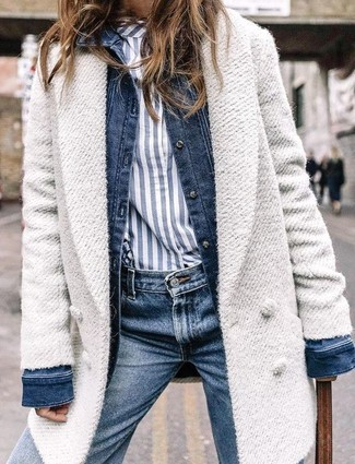 Wie kombinieren: weißer Mantel, dunkelblaue Jeansjacke, weißes und dunkelblaues vertikal gestreiftes Businesshemd, dunkelblaue Jeans
