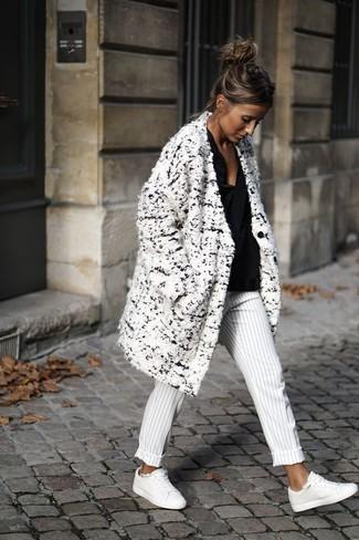 Wie kombinieren: weißer Mantel aus Bouclé, schwarze Langarmbluse, weiße und schwarze vertikal gestreifte Anzughose, weiße Leder niedrige Sneakers