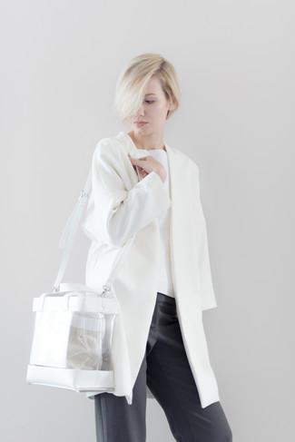 Wie kombinieren: weißer Mantel, weißer Pullover mit einem Rundhalsausschnitt, dunkelgraue weite Hose, transparente Gummi Shopper Tasche