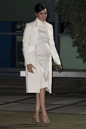 Wie kombinieren: weißer Mantel, weißes Sweatkleid, olivgrüne Wildleder Pumps, olivgrüne Wildleder Clutch