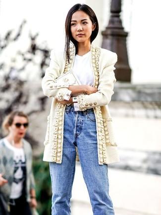 Wie kombinieren: weißer Tweed Mantel, weißes T-Shirt mit einem Rundhalsausschnitt, hellblaue Boyfriend Jeans, weiße bestickte Clutch