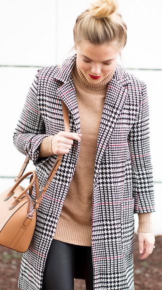 Wie kombinieren: weißer und schwarzer Mantel mit Hahnentritt-Muster, beige Strick Rollkragenpullover, schwarze Lederleggings, beige Leder Umhängetasche