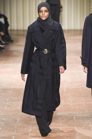 Dunkelblauen Mantel kombinieren – 189 Damen Outfits: Wenn Sie einen verfeinerten, aber dennoch legeren Look schaffen müssen, macht die Kombination aus einem dunkelblauen Mantel und einer schwarzen weiter Hose Sinn. Schwarze Leder Stiefeletten sind eine perfekte Wahl, um dieses Outfit zu vervollständigen.