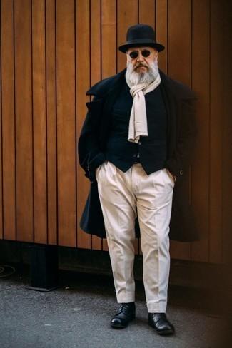 60 Jährige: Outfits Herren 2020: Erwägen Sie das Tragen von einem dunkelblauen Mantel und einer weißen Anzughose für einen stilvollen, eleganten Look. Fühlen Sie sich mutig? Ergänzen Sie Ihr Outfit mit einer schwarzen Lederfreizeitstiefeln.
