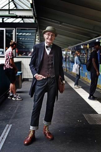 Paaren Sie einen dunkelblauen Mantel mit einem Hut für einen stilvollen, eleganten Look. Wenn Sie nicht durch und durch formal auftreten möchten, ergänzen Sie Ihr Outfit mit braunen Brogue Stiefeln aus Leder.