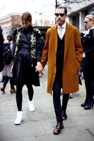 Wie kombinieren: senf Mantel, dunkelblaue vertikal gestreifte Weste, weißes Businesshemd, dunkelblaue vertikal gestreifte Anzughose