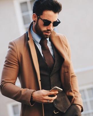 Wie kombinieren: camel Mantel, dunkelbraune Wollweste, hellblaues Businesshemd, dunkelbraune Wollanzughose