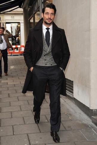 David Gandy trägt Schwarzer Mantel, Graue Weste mit Karomuster, Weißes Businesshemd, Schwarze Anzughose