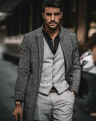 Wie kombinieren: grauer Mantel mit Fischgrätenmuster, graue vertikal gestreifte Weste, schwarzes vertikal gestreiftes Businesshemd, graue vertikal gestreifte Anzughose