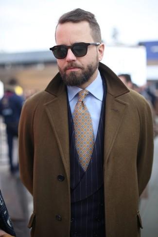 Wie kombinieren: olivgrüner Mantel, schwarze vertikal gestreifte Weste, hellblaues Businesshemd, senf bedruckte Krawatte