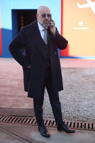 Wie kombinieren: schwarzer Mantel, schwarze Weste, weißes Businesshemd, schwarze vertikal gestreifte Anzughose