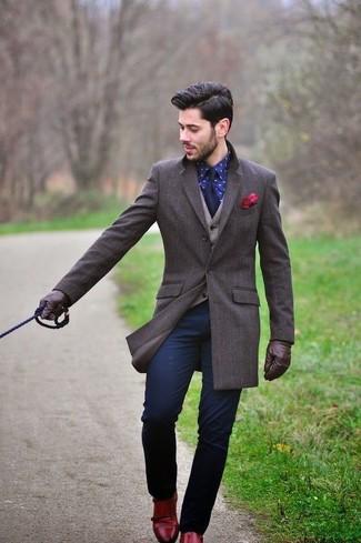 Wie kombinieren: dunkelbrauner Mantel, hellbeige Wollweste, dunkelblaues bedrucktes Businesshemd, dunkelblaue Chinohose