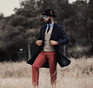 Wie kombinieren: dunkelblauer Mantel, hellbeige Weste mit Schottenmuster, hellblaues Businesshemd, dunkelrote Anzughose
