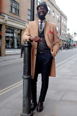 Dunkelgrauen Wollhut kombinieren: trends 2020: Ein camel Mantel und ein dunkelgrauer Wollhut sind eine gute Outfit-Formel für Ihre Sammlung. Putzen Sie Ihr Outfit mit dunkelroten Doppelmonks aus Leder.