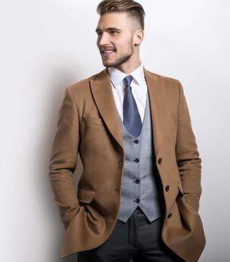 Dunkelgraue Anzughose kombinieren: Paaren Sie einen camel Mantel mit einer dunkelgrauen Anzughose, um vor Klasse und Perfektion zu strotzen.