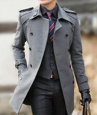 Wie kombinieren: grauer Mantel, dunkelgraue Weste mit Schottenmuster, schwarzes Businesshemd, dunkelgraue Anzughose mit Schottenmuster