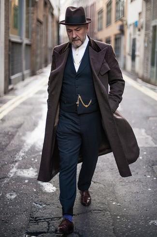 Dunkelblaue Weste kombinieren – 34 Herren Outfits kalt Wetter: Kombinieren Sie eine dunkelblaue Weste mit einer dunkelblauen Anzughose, um vor Klasse und Perfektion zu strotzen. Warum kombinieren Sie Ihr Outfit für einen legereren Auftritt nicht mal mit dunkelroten Leder Derby Schuhen?