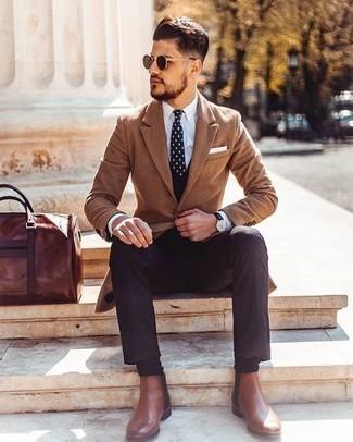 Dunkelbraune Anzughose kombinieren: trends 2020: Erwägen Sie das Tragen von einem camel Mantel und einer dunkelbraunen Anzughose, um vor Klasse und Perfektion zu strotzen. Fühlen Sie sich ideenreich? Wählen Sie braunen Chelsea Boots aus Leder.