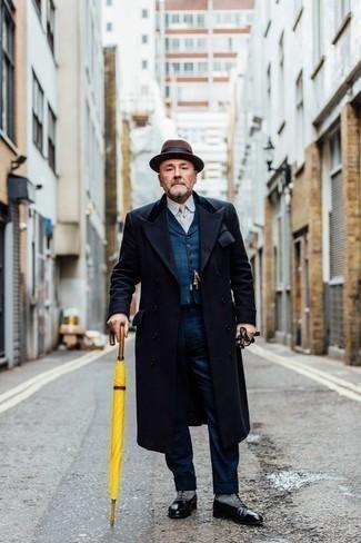 Dunkelblaue Weste kombinieren – 34 Herren Outfits kalt Wetter: Kombinieren Sie eine dunkelblaue Weste mit einer dunkelblauen Anzughose für einen stilvollen, eleganten Look. Wenn Sie nicht durch und durch formal auftreten möchten, wählen Sie schwarzen Leder Oxford Schuhe.