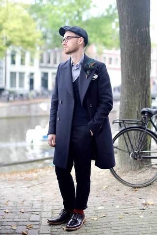 Dunkelblaue Weste kombinieren – 34 Herren Outfits kalt Wetter: Kombinieren Sie eine dunkelblaue Weste mit einer dunkelblauen Anzughose, um vor Klasse und Perfektion zu strotzen. Bringen Sie die Dinge durcheinander, indem Sie dunkellila Leder Brogues mit diesem Outfit tragen.