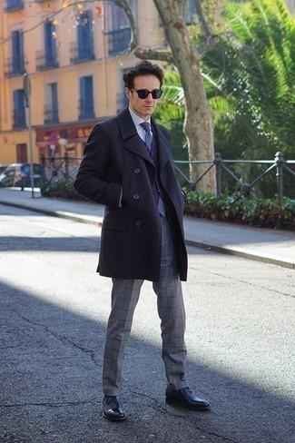 Dunkelblaue Weste kombinieren – 34 Herren Outfits kalt Wetter: Kombinieren Sie eine dunkelblaue Weste mit einer grauen Anzughose mit Karomuster für einen stilvollen, eleganten Look. Warum kombinieren Sie Ihr Outfit für einen legereren Auftritt nicht mal mit schwarzen Leder Oxford Schuhen?