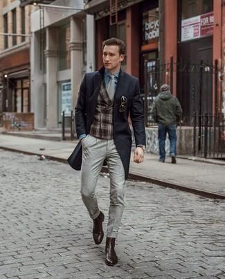 Schwarzen Mantel kombinieren: trends 2020: Kombinieren Sie einen schwarzen Mantel mit einer grauen Chinohose, wenn Sie einen gepflegten und stylischen Look wollen. Fühlen Sie sich mutig? Komplettieren Sie Ihr Outfit mit dunkelbraunen Chelsea Boots aus Leder.