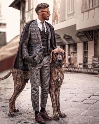 Dunkelgraue Chinohose kombinieren – 5 Elegante Herren Outfits kalt Wetter: Erwägen Sie das Tragen von einem dunkelbraunen Mantel und einer dunkelgrauen Chinohose für einen für die Arbeit geeigneten Look. Heben Sie dieses Ensemble mit braunen Leder Derby Schuhen hervor.