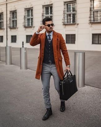 Smart-Casual Outfits Herren 2020: Paaren Sie einen rotbraunen Mantel mit einer grauen Chinohose, wenn Sie einen gepflegten und stylischen Look wollen. Eine schwarze Lederfreizeitstiefel sind eine großartige Wahl, um dieses Outfit zu vervollständigen.