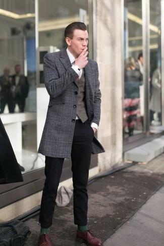 Wie kombinieren: dunkelgrauer Mantel mit Schottenmuster, dunkelbraune Weste, weißes Businesshemd, schwarze Chinohose