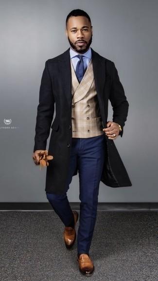 Schwarzen Mantel kombinieren – 183 Elegante Herren Outfits: Entscheiden Sie sich für einen schwarzen Mantel und eine dunkelblaue Chinohose für Drinks nach der Arbeit. Fühlen Sie sich ideenreich? Komplettieren Sie Ihr Outfit mit rotbraunen Leder Slippern.